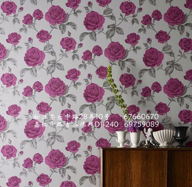 这款浪漫的玫瑰花墙纸,描绘有精美的设计亮点,以繁茂的鲜花姿态体现复古的魅力。  《伊丽瑟》(Elixir)把我们带到一个新的水平在设计工作室中,我们的设计师手绘创作,或从历史文献中汲取灵感,而调色板则受到格兰布朗内墙涂料的启发,这样的墙纸赋予了居室鲜活的生命,美不胜收。 这是一套浓缩了手绘花卉和几何图案的现代风格作品。以最新的秋冬流行趋势为线索,色彩上使用芥末色、凫蓝色和琥珀色作为阴影,搭配炭黑色、紫红色和暗紫粉红色,以及摩卡咖啡色、拿铁咖啡色和灰褐色等中性色调;融合了金属色、光泽和亚光的后期处理使得该